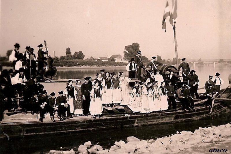 Folkloraši na lađi Kobašanki, 1939. godine